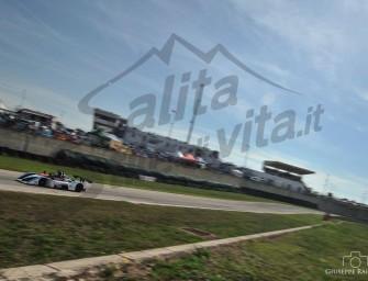 Vince anche in pista l'Osella PA21 JrB 1000 con un grintoso Massimiliano Pezzuto subito al top al Trofeo del Levante. Buon esordio anche della versione 1400 guidata da Vincenzo Pezzolla, primo di classe e quarto assoluto.